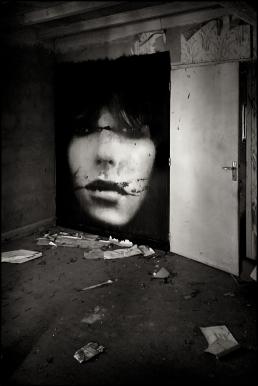 Premiere grande E.Doll, 1m80 de large sur 2m20 de haut, collée dans une maison abandonnée.